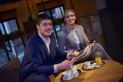 Boisson de prise de couples d'affaires après travail Photo stock