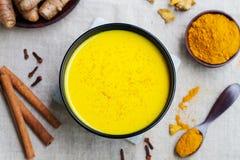 Boisson de safran des indes, latte, thé, lait Vue supérieure image stock
