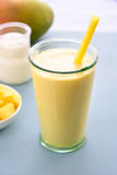 Boisson de smoothie de lassi de mangue Photo stock