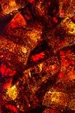 Boisson de soude de kola en verre avec des glaçons macro Images libres de droits