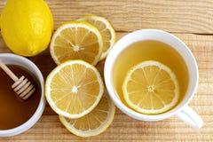 Boisson de thé avec le citron frais dans la pause café de temps de coupure dans l'après-midi image stock