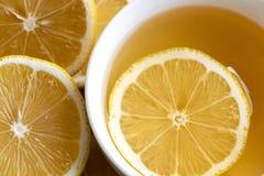 Boisson de thé avec le citron frais dans la pause café de temps de coupure dans l'après-midi image libre de droits