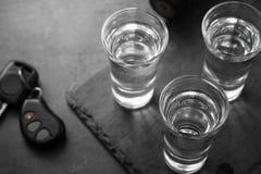Boisson de tir de vodka et clé de voiture photographie stock libre de droits