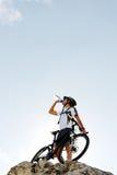Boisson de vélo de montagne photographie stock libre de droits