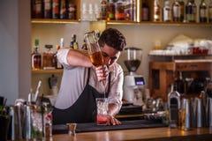 Boisson de versement de barman photos stock