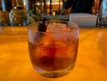 Boisson de whiskey de Manhattan avec les cerises âgées sur la sélection photo libre de droits