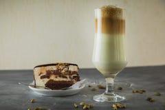 Boisson douce de milkshake avec le gâteau de chocolat Desserts délicieux savoureux image stock