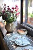 Boisson en verre de café sur le rebord de fenêtre Image stock