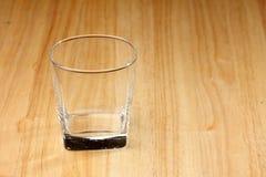 Boisson en verre vide sur le bois Photos libres de droits