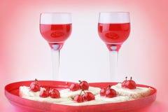 Boisson et dessert rouges de Valentine. Photographie stock