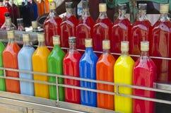 Boisson faite maison colorée de jus de fruit sur le marché de l'Asie, Inde Images stock