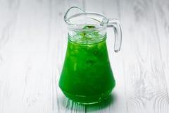 Boisson faite maison fraîche verte de limonade dans un pot photographie stock libre de droits