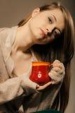 boisson Fille tenant la tasse de tasse de thé ou de café chaud de boissons image libre de droits