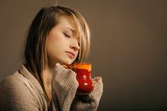 boisson Fille tenant la tasse de tasse de thé ou de café chaud de boissons images stock