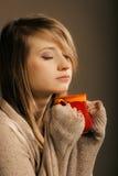 boisson Fille tenant la tasse de tasse de thé ou de café chaud de boissons Photographie stock