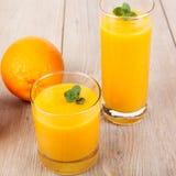Boisson fraîche de smoothie d'orange et de gingembre images stock