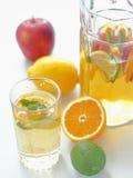 Boisson fraîche fraîche de limonade Sangria régénératrice d'été Poinçon fait maison avec des fruits frais et des feuilles en bon  photographie stock libre de droits