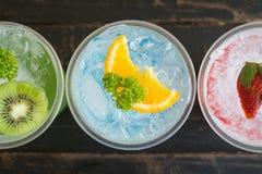 Boisson froide et Kiwi Lemon Strawberry Fruit Close de soude italienne rouge vert-bleu  photographie stock libre de droits