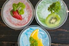 Boisson froide et Kiwi Lemon Strawberry Fruit Close de soude italienne rouge vert-bleu vers le haut de 2 photos libres de droits