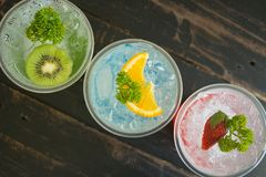 Boisson froide et Kiwi Lemon Strawberry Fruit Corner de soude italienne rouge vert-bleu photo stock