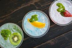 Boisson froide et Kiwi Lemon Strawberry Fruit de soude italienne rouge vert-bleu photos stock