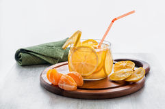 Boisson froide orange avec de la glace, la limonade avec des tranches d'orange et la mandarine dans une cuvette transparente sur  photos libres de droits