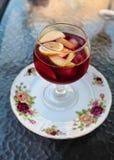 Boisson gastronome de cocktail de sangria fruitée traditionnelle célèbre d'Espagnol de vin rouge Images libres de droits