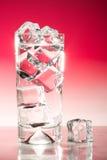 Boisson glacée grande sur le rouge Images stock