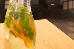 Boisson gratuite régénératrice de sucre fabriquée à partir de l'eau glacée, le jus de limette, les tranches de chaux et les herbe images stock