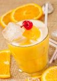 Boisson jaune avec le citron et l'orange photographie stock libre de droits