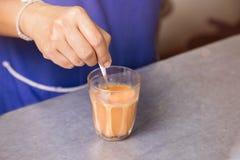 Boisson mélangée de gens du pays de signature de thé de brassage thaïlandais chaud de lait images stock