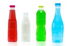 Boisson non alcoolisée dans la bouteille et le chapeau en plastique avec la conception d'empaquetage moderne sur le fond blanc av photos libres de droits
