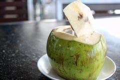 Boisson ouverte fraîche de noix de coco Photo libre de droits