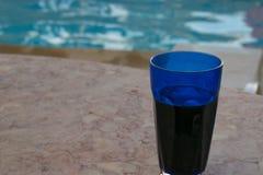 Boisson par la piscine photo stock