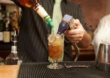 Boisson pleuvante à torrents de barman Image stock