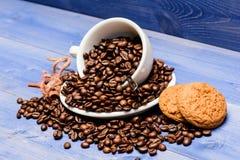 Boisson pour la charge d'inspiration et d'énergie Fond en bois bleu r?ti brun de haricot de plein caf? de tasse Menu de boissons  photo libre de droits