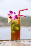 Boisson régénératrice avec la chaux, la menthe et l'ananas sur une plage tropicale Image stock
