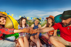 Boisson régénératrice sur le camping avec des amis Images libres de droits