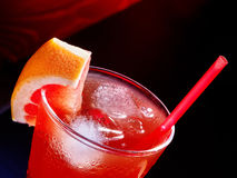 Boisson rouge avec de la glace de pamplemousse et de cube Photo libre de droits