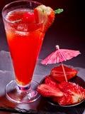 Boisson rouge avec la cerise et l'ananas 60 Images stock