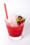 Boisson rouge de cocktail avec de la glace, la chaux, la cerise et le piment image libre de droits