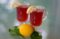 Boisson rouge en verre avec le citron Photographie stock libre de droits