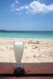 Boisson sur une plage tropicale Photos stock