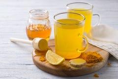 Boisson tonique d'énergie avec le safran des indes, le gingembre, le citron et le miel photographie stock libre de droits