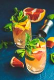 Boisson tonique de pamplemousse et de genièvre en bon état photos libres de droits