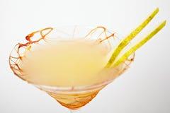 Boisson tropicale de cocktail avec le caramel et la poire images libres de droits