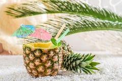 Boisson tropicale en ananas sur la plage sablonneuse Photo libre de droits