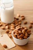 Boisson végétarienne de vegan en bonne santé organique d'écrou de lait d'amande photographie stock libre de droits
