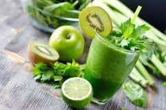Boisson verte saine de smoothie avec les épinards et le céleri Photographie stock libre de droits