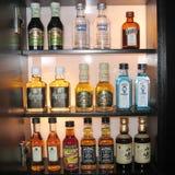 Boissons alcoolisées dans une barre de frigo photo libre de droits